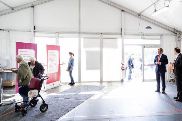 2020-04-07 09:56:02 DEN BOSCH - Koning Willem-Alexander arriveert in de triagetent bij het Jeroen Bosch ziekenhuis. De koning laat zich informeren over de behandeling van reguliere patienten en hoe het ziekenhuis omgaat met het coronavirus. ANP POOL ROYAL IMAGES ROBIN VAN LONKHUIJSEN